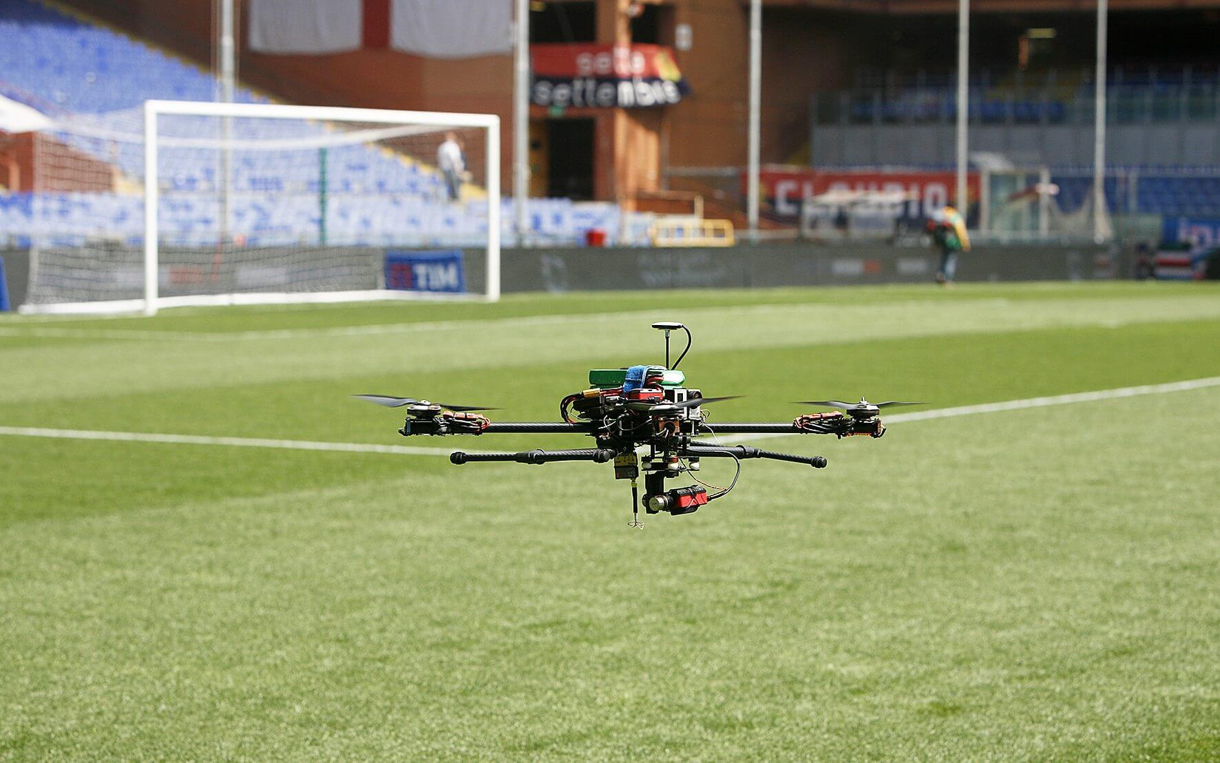 Un drone che vola basso durante una partita di calcio