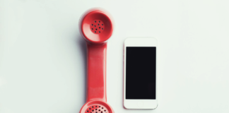Service desk: una vecchia cornetta telefonica e un iPhone simboleggiano il servizio di Spindox per il Vodafone Digital Marketplace