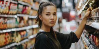 SpinRetail: ragazza in posa davanti allo scaffale di un supermercato