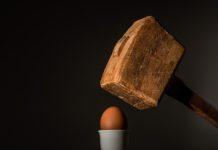 Antifragilità: un martello sta per colpire un uovo