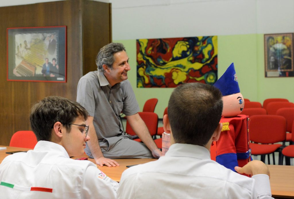 Paolo Costa si fa raccontare dai ragazzi dell' ISS Olivetti di Ivrea come si svolgerà il loro spettatolo robotico