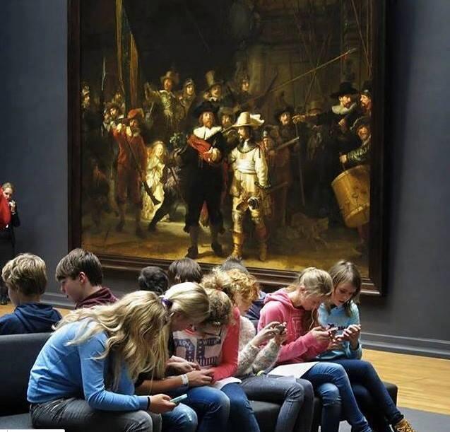 ragazzi al museo con telefono
